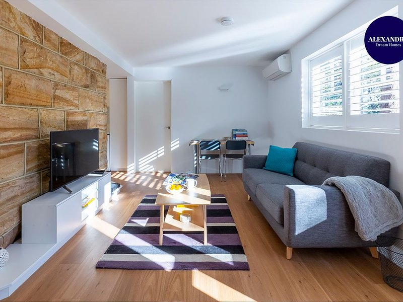 2 BEDROOM BRAND NEW APARTMENT // MOMENTS FROM RNSH & ST LEONARDS, holiday rental in Crows Nest