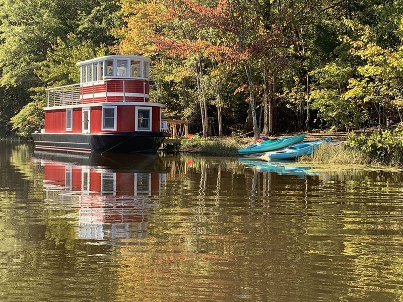 LUX Heated Tugboat/Private Lake -142 acre forest, 5+ miles Hiking/Biking trails, holiday rental in Orange