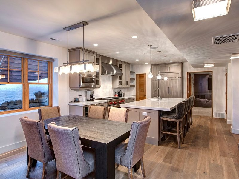 Stunning and Unique Park City Home, 6 Bedrooms, Private Hot Tub, Sleeps 12!, holiday rental in Park City