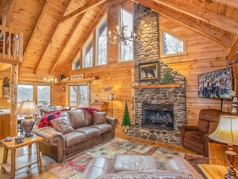 3BR Log Cabin atop Sugar Mountain near Ski Slopes with Hot Tub, Long Range Views, aluguéis de temporada em Sugar Mountain