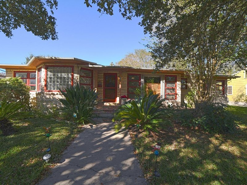 A Place to Call Home! Close to bayfront, parks, downtown and the university, vacation rental in Corpus Christi