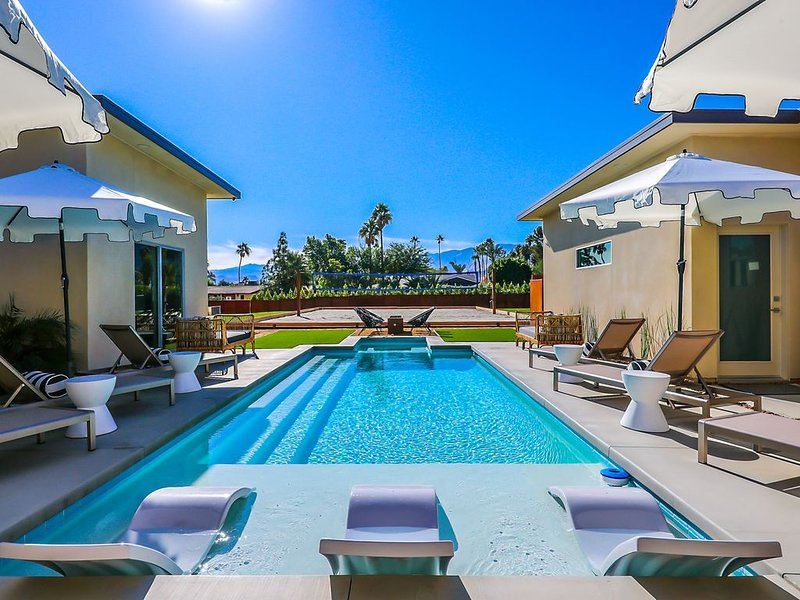 The Hendrix - Chic Mid-Century Estate with 1-Arce of Resort Amenities, alquiler vacacional en Palm Springs