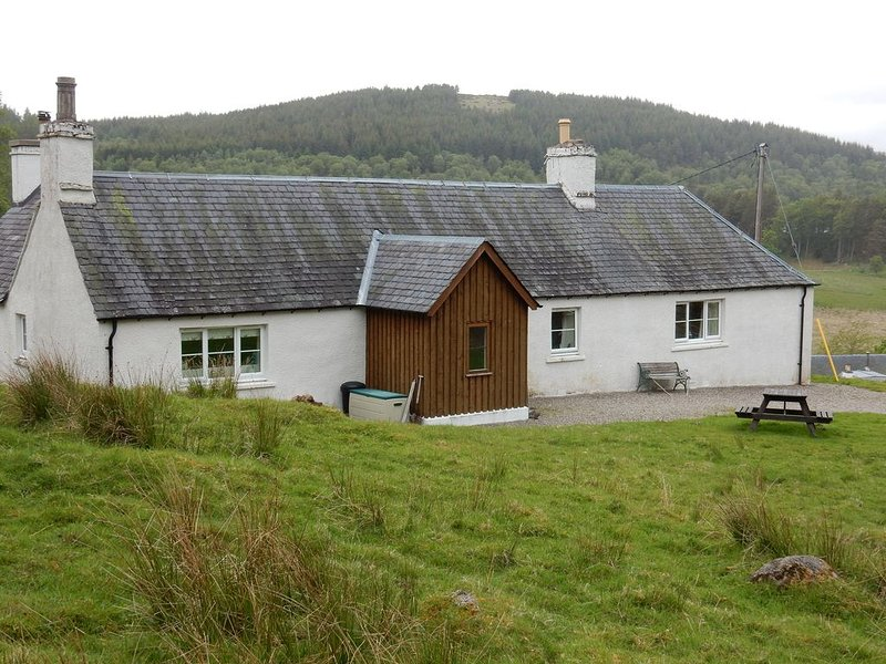 Peaceful Highland cottage sleeping 6 in comfort, holiday rental in Flichity