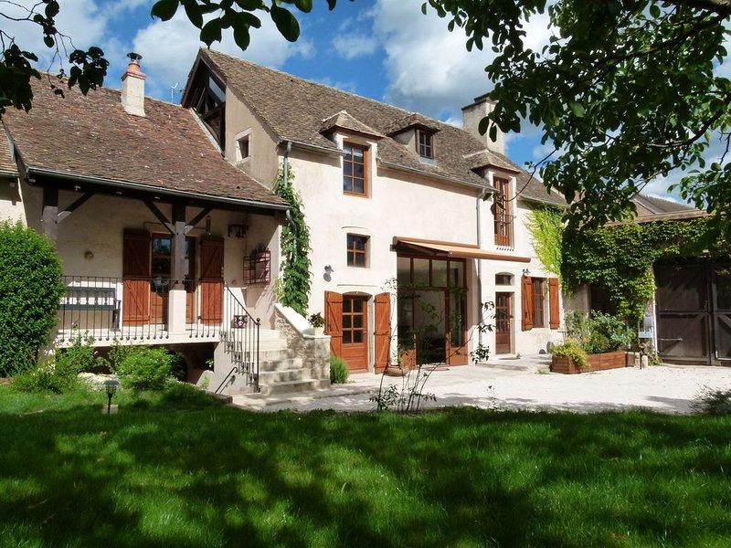 Grande maison de charme avec piscine idéale pour familles et groupes d'amis, alquiler de vacaciones en Beaune