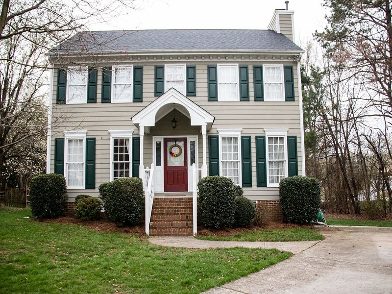 *Spacious home- sleeps 8* central to Duke, UNC, RDU Airport & Southpoint Mall, location de vacances à Durham