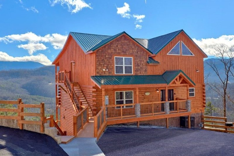 TrinQuility View - AMAZING Views of The Smoky Mountains, holiday rental in Pigeon Forge