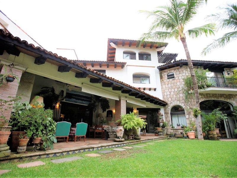 New Listing! Luxurious Mexican Hacienda w/ Pool & Garden- Steps from the beach!, location de vacances à Jarretaderas
