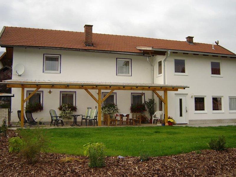 Großes 150qm Ferienhaus mit Terrasse für bis zu 13 Personen, holiday rental in Blaibach
