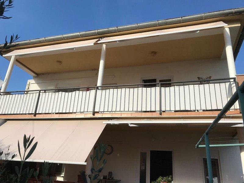 Luxe 4 slaapkamer appartement op 150 meter van het strand, aluguéis de temporada em Sveti Filip i Jakov