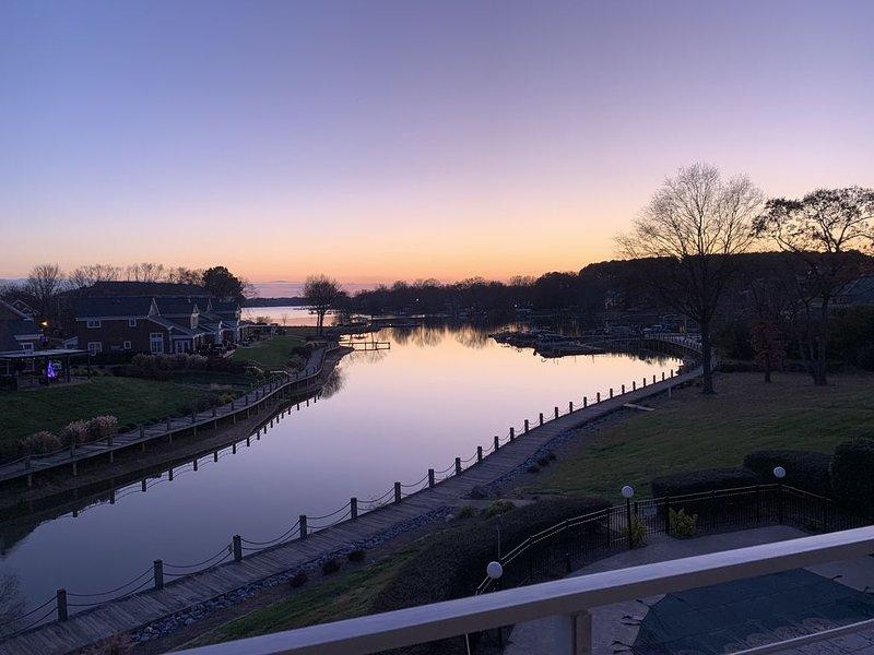 Lake Norman waterfront condo- panoramic views, pool, tennis, restaurant – semesterbostad i Cornelius