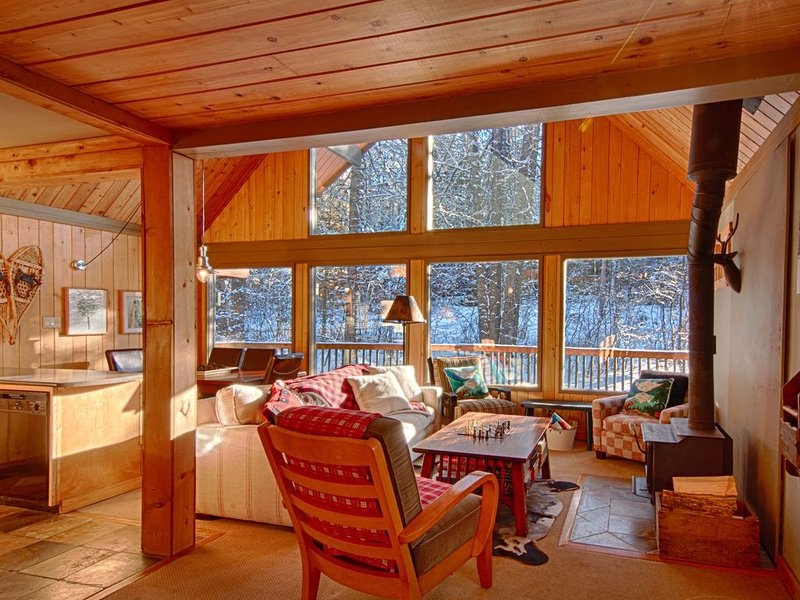 Beautiful Panorama 4 Bedroom Chalet excellent ski access, location de vacances à Panorama