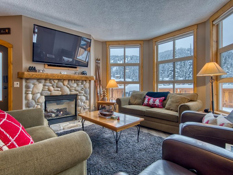 Central location steps from the Village with private hot tub! – semesterbostad i Sun Peaks