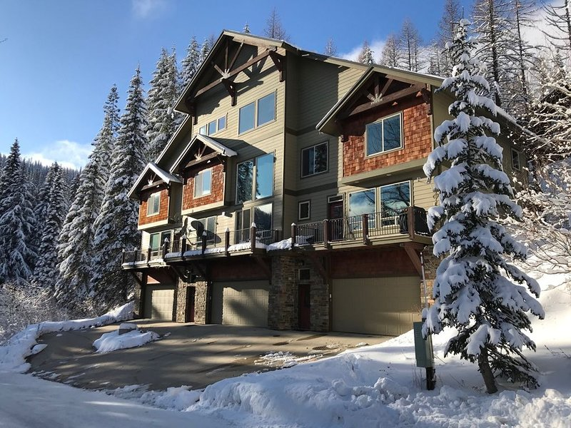 Schweitzer Mountain Condo with Private Hot Tub and 2-Car Garage, vacation rental in Sandpoint