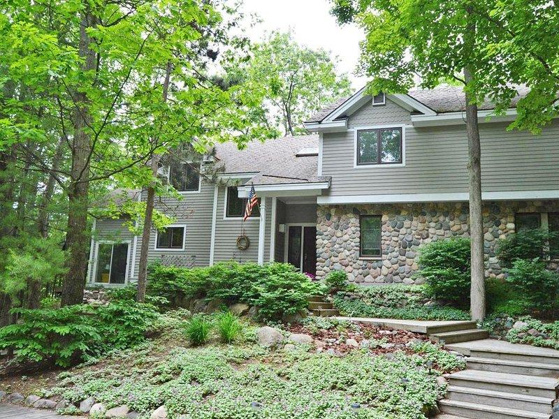 Large, Lovely  Private Home in Resort Setting near Glen Arbor., aluguéis de temporada em Glen Arbor