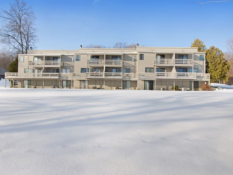 Hideaway Valley condo with golf course views, wood stove & back deck, holiday rental in Oden