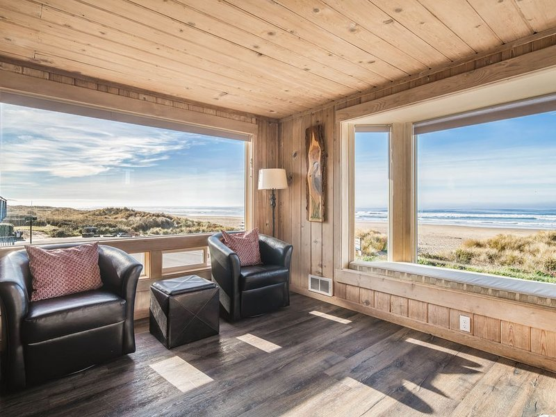 Center of Town, Oceanfront with Gorgeous Kitchen, Soaking Tub, Dogs welcome!, vacation rental in Manzanita