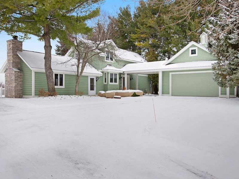 Family-friendly home with expansive deck, large lawn & access to clubhouse!, holiday rental in Good Hart