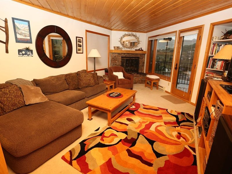 Cozy Town Home - Views of the ski area and steps from Ski Shuttle!!, vacation rental in Crested Butte