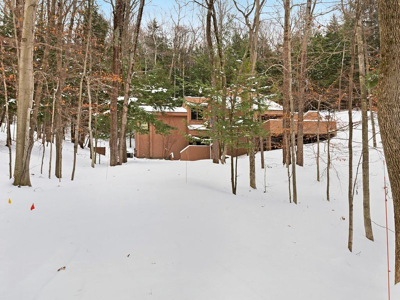 Mid-century modern home with expansive deck, full kitchen- clubhouse access!, holiday rental in Good Hart