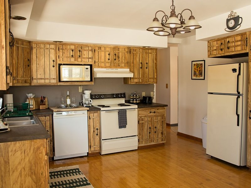 Private 5 Star Home in Downtown Bruce Crossing w/Sauna + Parking, holiday rental in Bergland