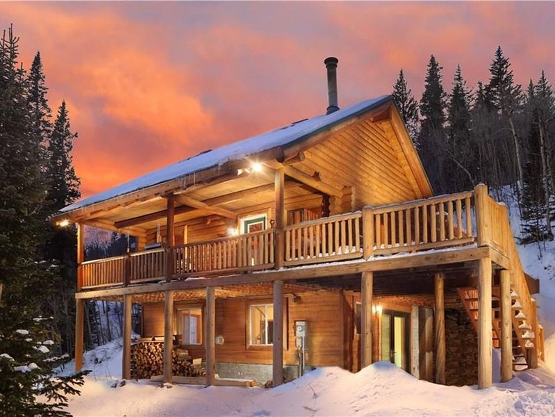 Secluded Log Cabin on 2 acres, backs to Pike National Forest, just 15mi to Breck, holiday rental in Alma