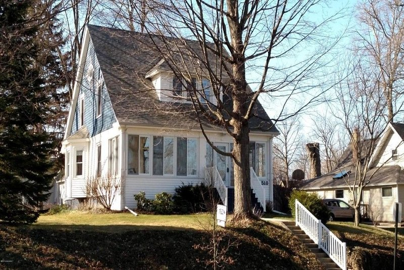 Historic, charming home perfect for a family vacation and lots of relaxation, vacation rental in Bangor