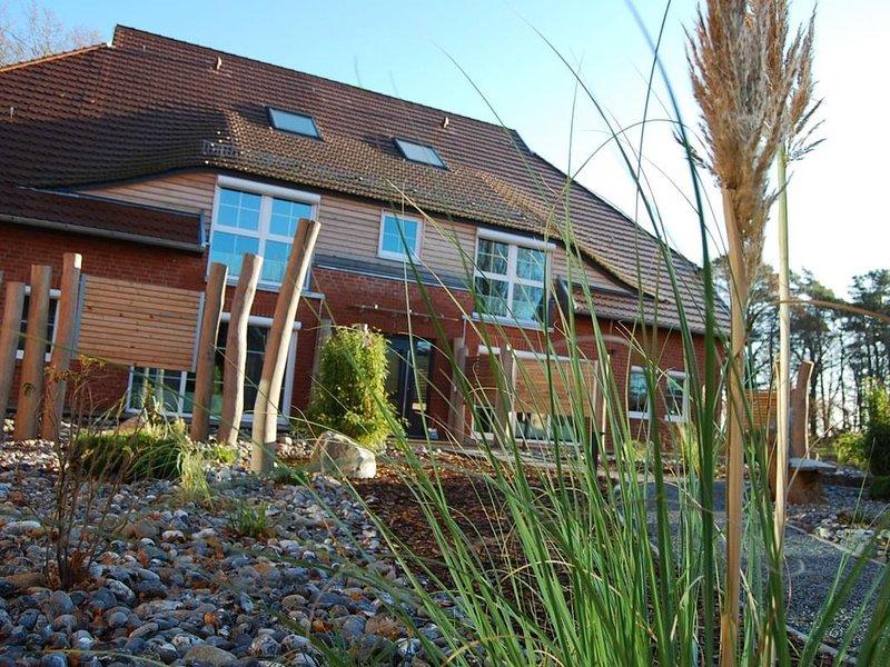 Traumhaftes Appartement mit Privatstrand,  ruhige Gartenanlage, Sauna, WLAN, holiday rental in Lobbe