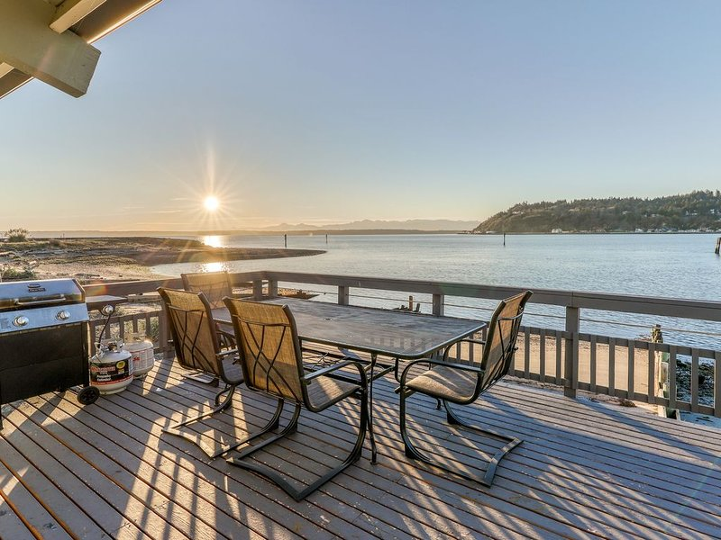 New listing! Bayfront home with views, cable, patio and wood-burning fireplace!, casa vacanza a Clinton