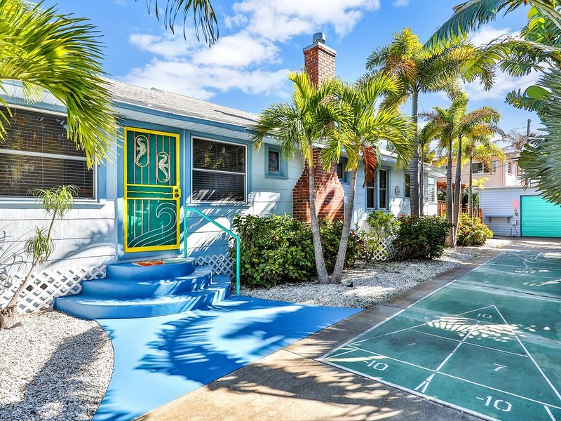 Inviting beach cottage w/ shuffleboard court and deck, holiday rental in South Pasadena