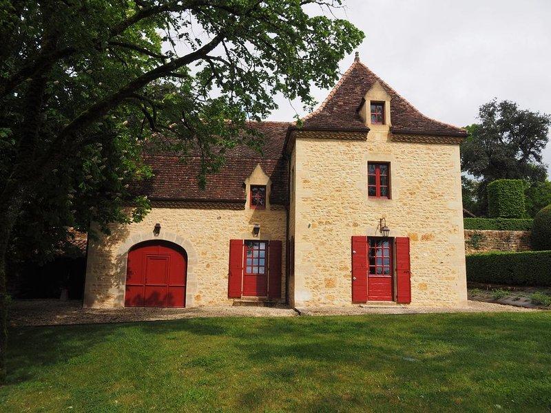 New Proche Sarlat - Belle maison en pierre dans parc Manoir du 15è avec piscine, holiday rental in Orliaguet