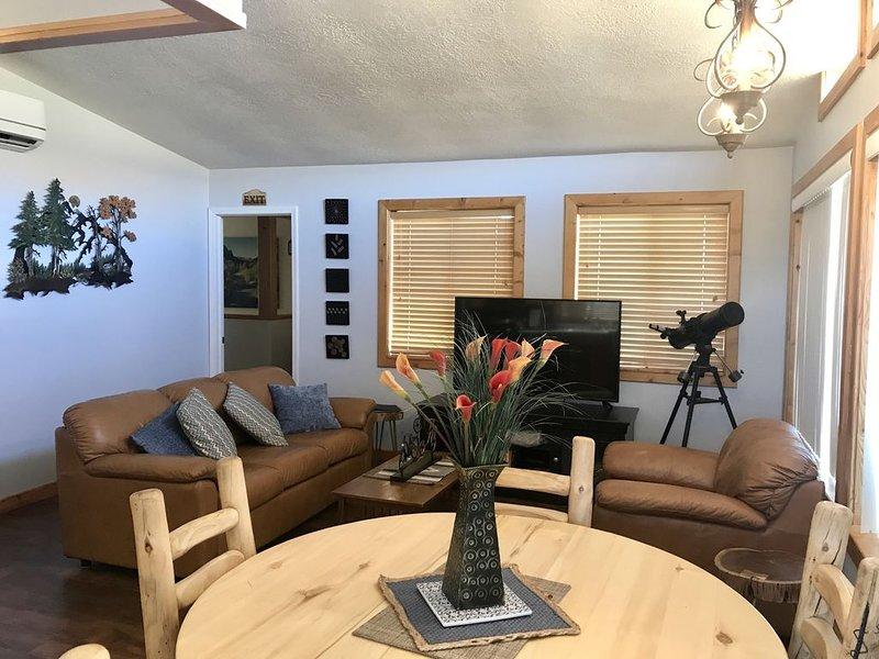 Mt. Views, Xtra Sanitized, Quiet, Loaded Rec Room, 2 living areas, aluguéis de temporada em Colorado City