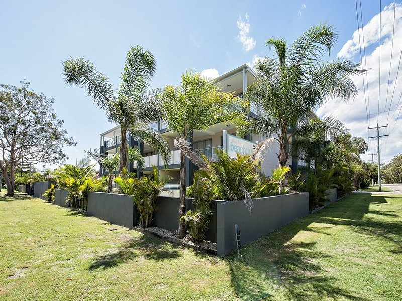 Modern 2 bedroom apartment , central location with pool, vacation rental in Nelson Bay