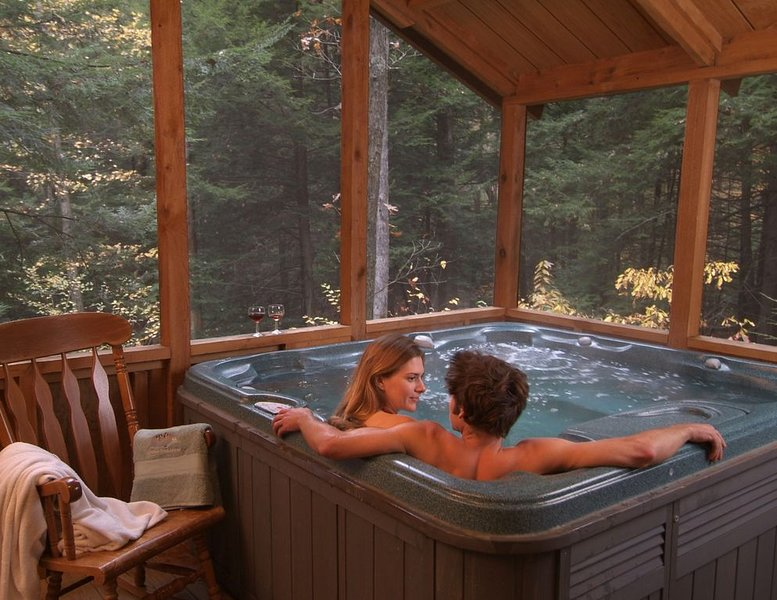 Romantic Get-away Cabin in the woods, w/Hottub next to coolest small town in USA, holiday rental in Summersville