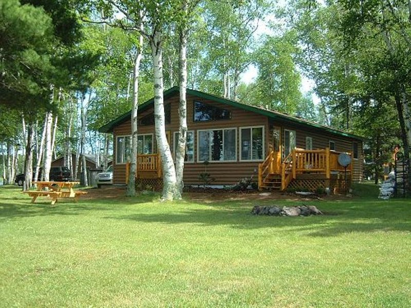 Beautiful Western Lakefront view on the magnificent Turtle Flambeau Flowage!, location de vacances à Butternut