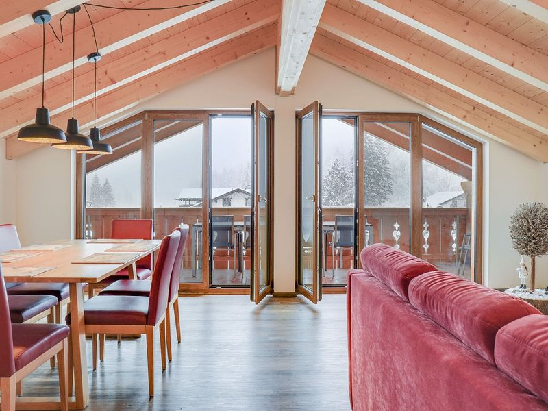 Geräumige Dachgeschosswohnung Partnachklamm mit Bergblick, WLAN und Balkon; Park, casa vacanza a Garmisch-Partenkirchen