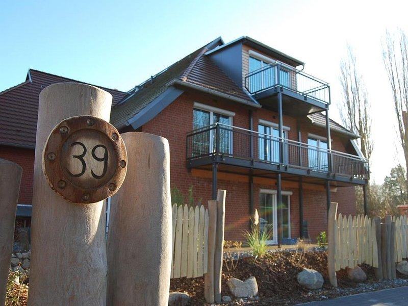 Suite ODIN´S HALLE mit Balkon; direkt am Privatstrand und Erholung in der Sauna, holiday rental in Lobbe