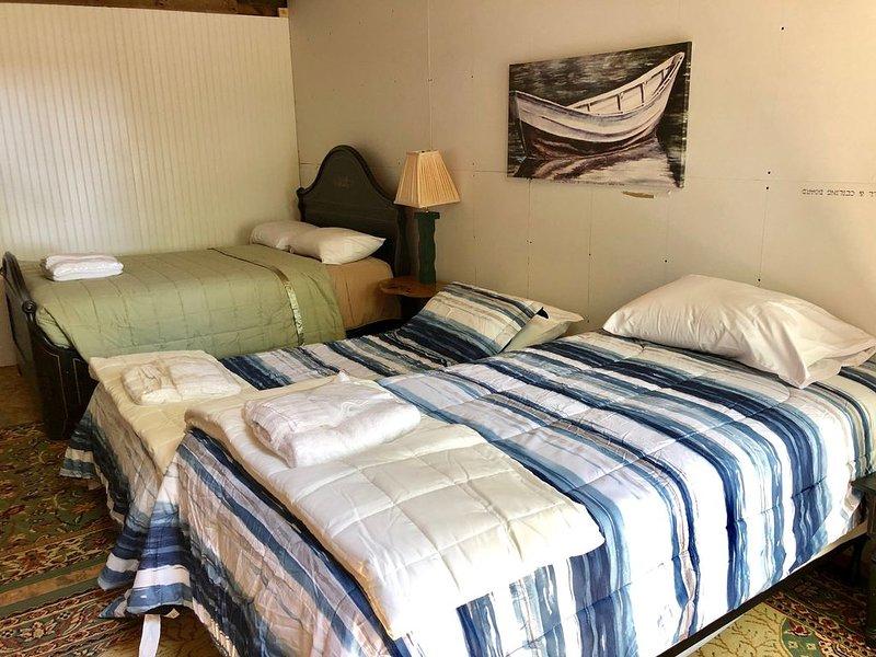 """Outra vista do interior da cabine """"Holmes"""", com 2 camas de solteiro e uma"""