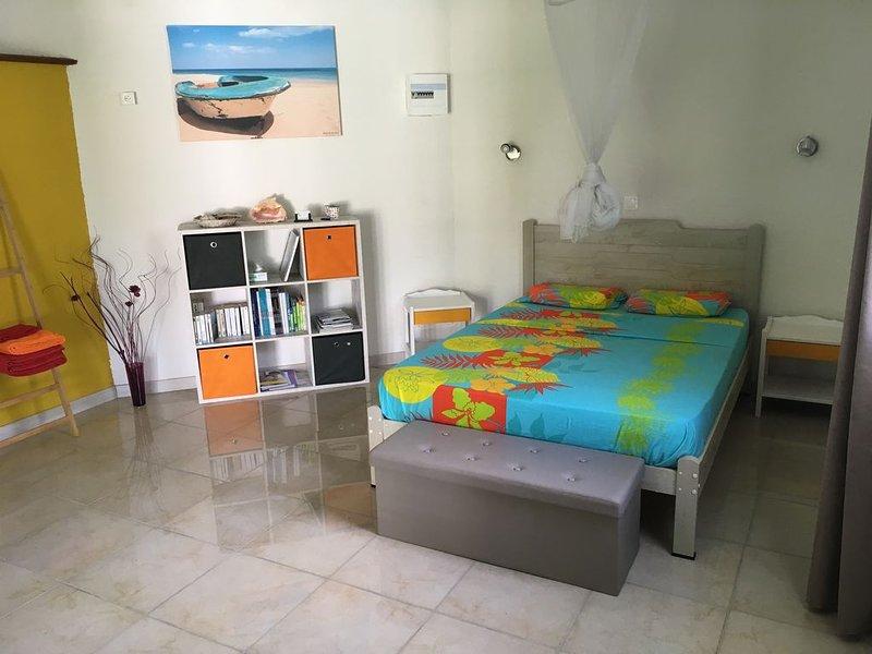 Gite avec belle terrasse proche de la mer, holiday rental in Bas Vent