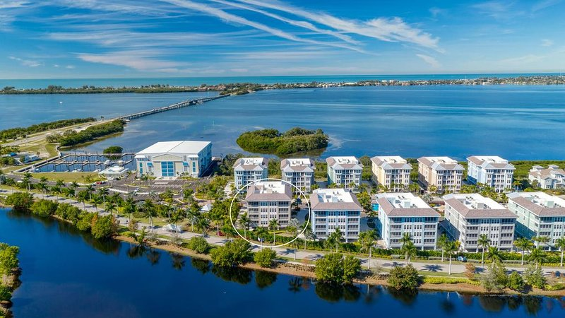 Exquisite condo! Only 2 miles to Holmes Beach! - Harbour Isles 04, vacation rental in Holmes Beach