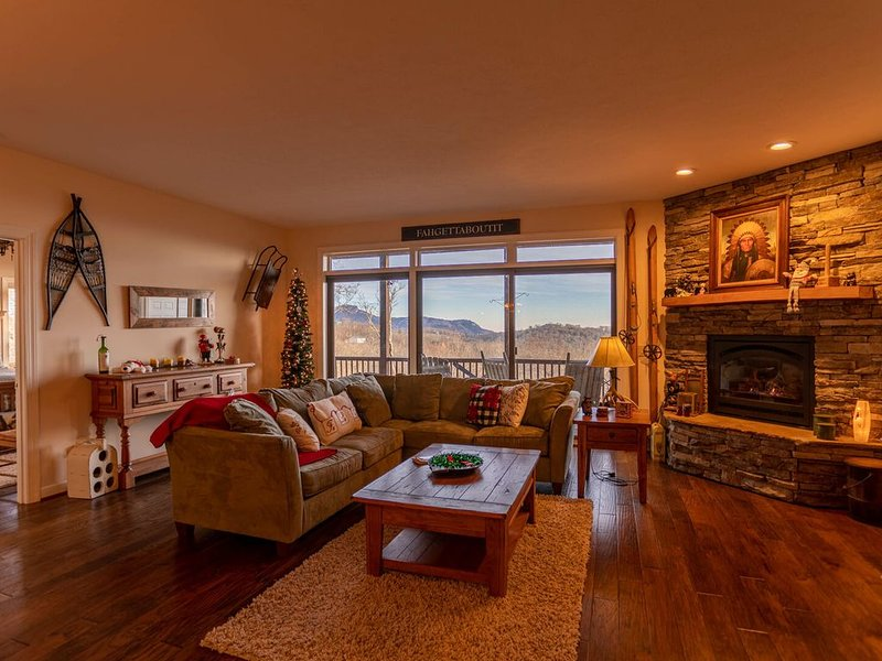 Sugar Buzz -Condo on Sugar Mountain with Amazing Views, Hot Tub, Walk to Slopes!, vacation rental in Banner Elk