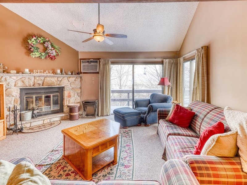 Dog-friendly townhouse w/shared pool & hot tub - Skiing right at the door!, holiday rental in Saylorsburg