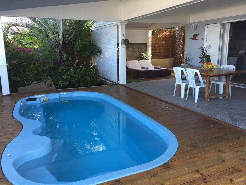 Appartement en duplex avec terrasse et piscine privées, belle vue mer, vacation rental in Saint-Leu