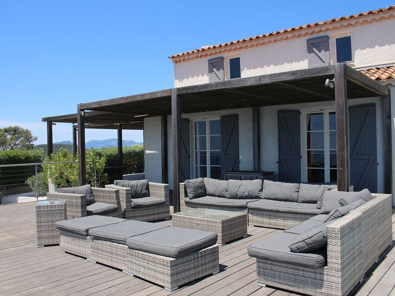 VIlla contemporaine haut standing, vue exceptionnelle, piscine et spa chauffés, holiday rental in Carqueiranne