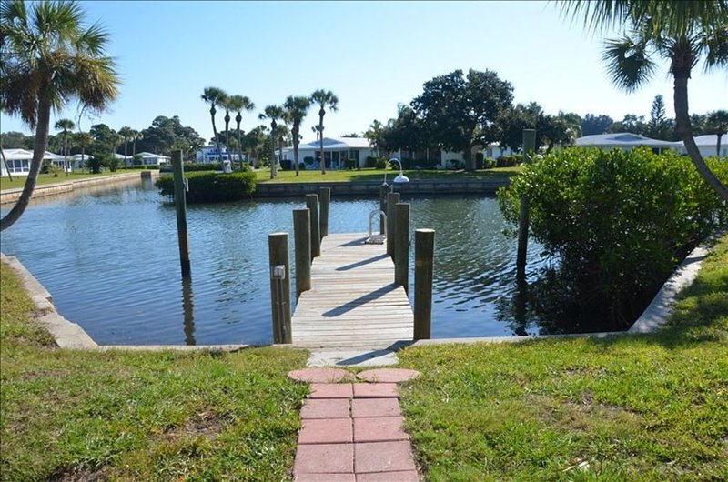 Waterfront Home able to walk to Beach-Wifi-Private Road, 5 Homes, holiday rental in Laurel