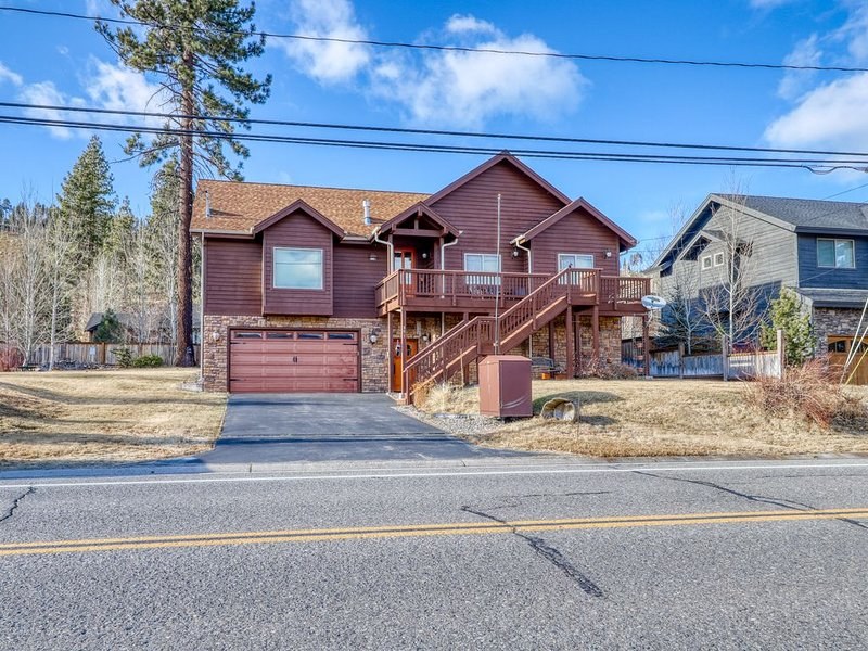 Beautiful family home with great views, gas fireplace, free WiFi, near golf!, vacation rental in South Lake Tahoe