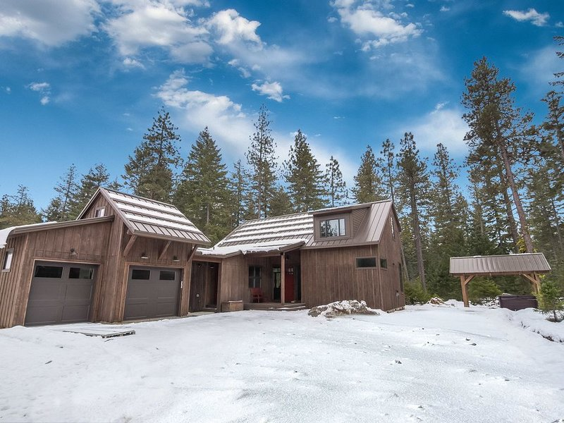 3rd Nt FREE_Beautiful Mountain Modern HM_CVRD Hot Tub_Snowmobile Friendly, vacation rental in Ronald