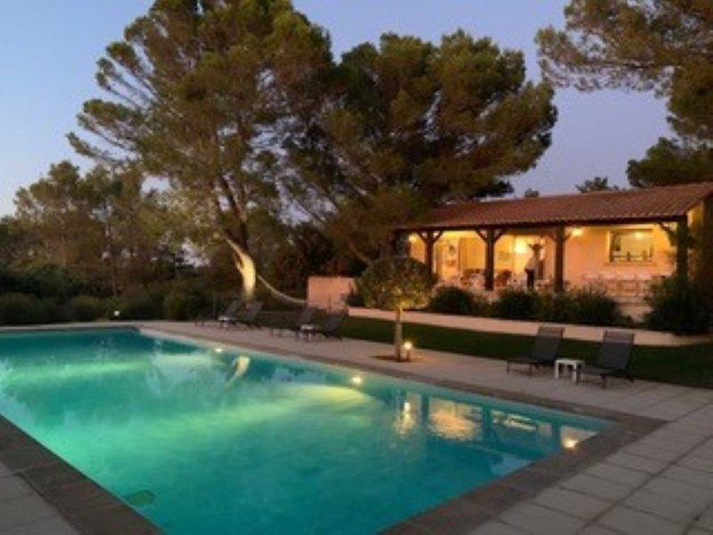 Villa avec vue panoramique et immense piscine, vacation rental in Saint-Victor-des-Oules