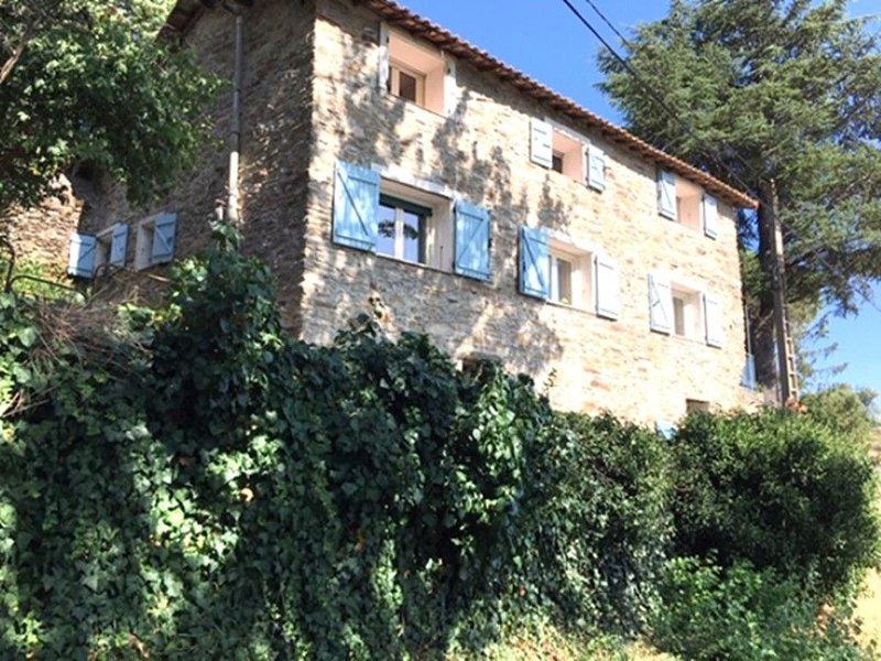 Vrijstaand karakteristiek Frans familiehuis met zwembad en prachtig uitzicht, aluguéis de temporada em Mons