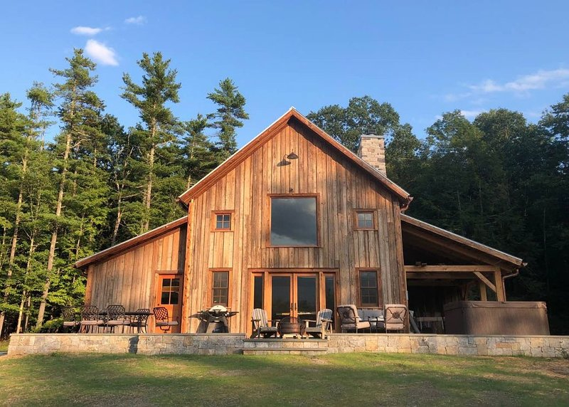 5-Star New Barn Home - Music Studio, Views & Hot Tub, location de vacances à Ruby