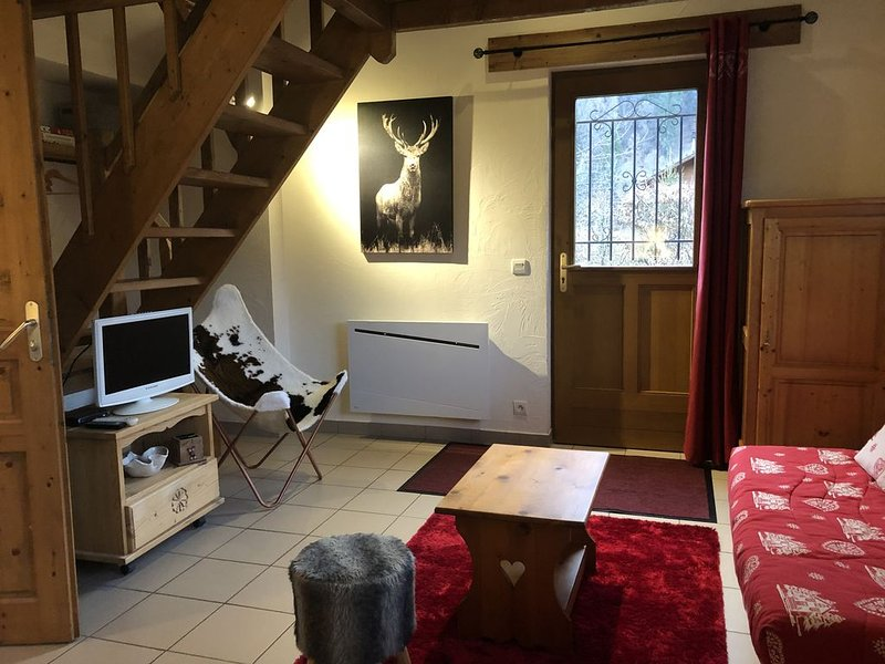 CHALET INDIVIDUEL COSY AVEC JARDIN POUR 4 pers au GRAND MASSIF, holiday rental in Verchaix
